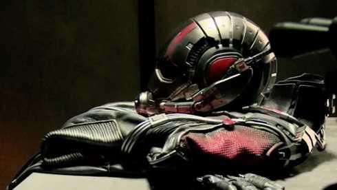 Chiếc áo đặc biệt được hé lộ trong trailer mới của Ant-Man.