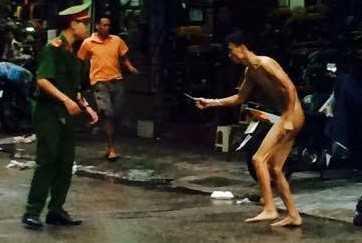 Người đàn ông khỏa thân chạy trên phố Hàng Cháo chiều 21/7. Ảnh: Beat.vn.