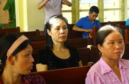 Nhân chứng mới Nguyễn Thị Thu Hà (áo đen) tại phiên tòa sơ thẩm
