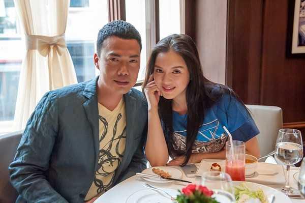 Vào năm 2013, Lý Nhã Kỳ mời Tạ Thiên Hoa sang TP HCM để tham dự buổi khai trương showroom mới về thời trang của cô.