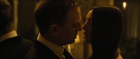 Monica Bellucci xuất hiện chớp nhoáng, đầy quyến rũ và khiêu khích bên cạnh Bond