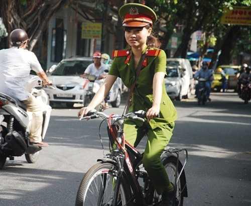 Công an một số địa phương tuần tra bằng xe đạp (Ảnh: Zing)