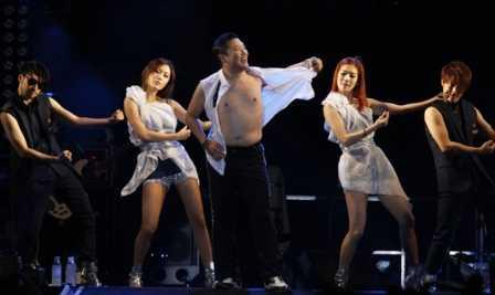 Psy không ngại 'làm xấu' cởi áo trước mặt fan