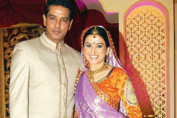 Trên phim Smita và Anup là vợ chồng...