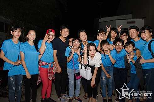 Tối 23/7, vợ chồng nhạc sĩ Hồ Hoài Anh và Lưu Hương Giang tổ chức đi phát cơm từ thiện cùng cộng đồng fans Việt tại TP HCM. Đây là họat động được cặp đôi 'Giang - Hồ