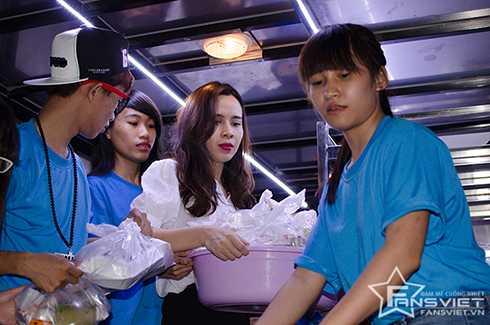 Cặp đôi và fans tập trung tại một địa điểm để nấu cơm, mua sữa, bánh và trái cây. Sau đó, họ chạy xuyên đêm trên các tuyến đường để trao tận tay tới những người nghèo khó.
