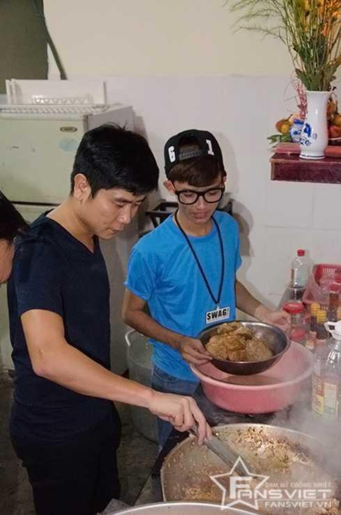 Nhạc sĩ Hồ Hoài Anh trực tiếp nấu các món ăn cho người nghèo.