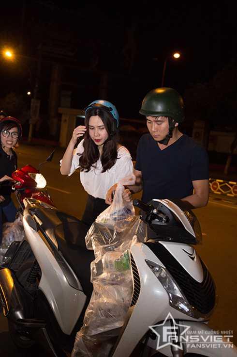 Cả hai vợ chồng cẩn thận chuyển quà xuống xe.