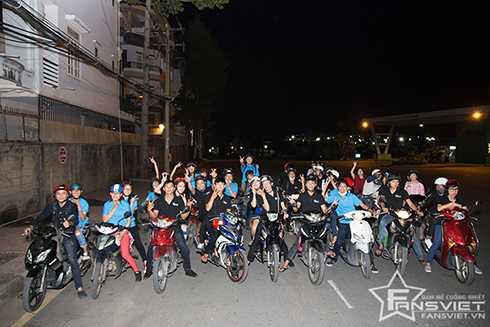 Tận 3h sáng, chuyến phát cơm từ thiện của Lưu Hương Giang- Hồ Hoài Anh cùng cộng đồng fans Việt mới kết thúc. (Ảnh: Chấm)