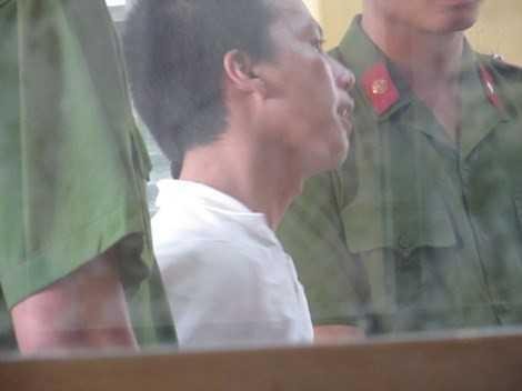 Bị cáo Dương luôn tỏ ra quá khích trong suốt phiên xử.