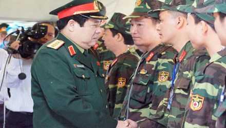 Đại tướng Phùng Quang Thanh trò chuyện, động viên cán bộ, chiến sĩ tại một cuộc diễn tập. Ảnh: Nguyễn Minh.