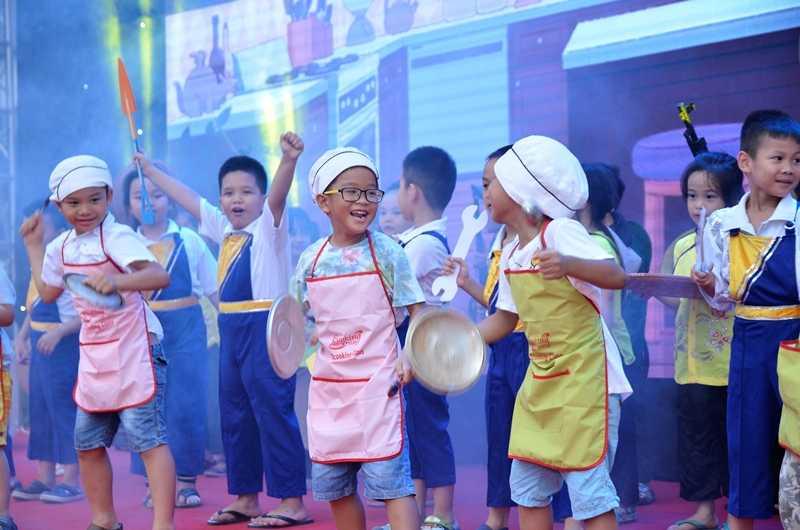 """Màn biểu diễn vui nhộn của các """"đầu bếp nhí"""" trên sân khấu"""