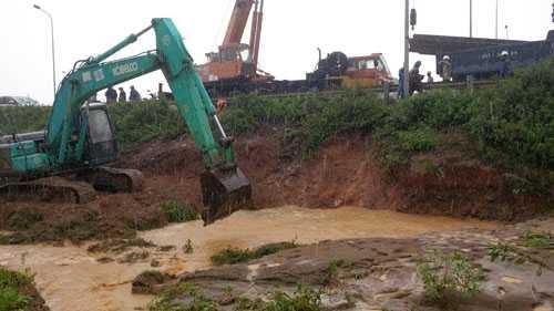 Sự cố vỡ đường ống nước lần thứ 11 tại tại vị trí km 26+760 đường Láng-Hòa Lạc thuộc địa phận xã Đồng Trúc, huyện Thạch Thất, Hà Nội.