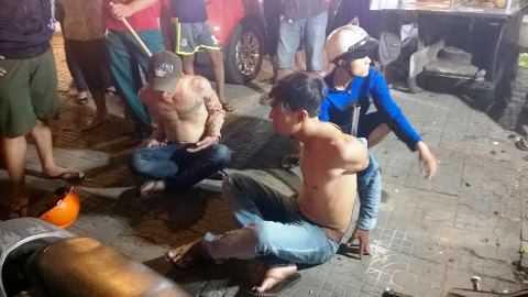 Hai đối tượng cướp bị hiệp sỹ bắt giữ ngay sau khi gây án. Ảnh: Tử Long