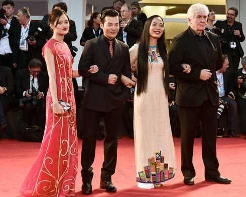 Đạo diễn Vũ Hoàng Điệp cùng 2 diễn viên chính bộ phim Đập cánh giữa không trung trên thảm đỏ liên hoan phim Venezia 2014.