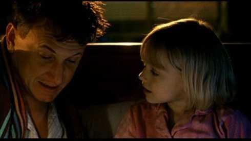 Dakota Fanning khiến Hollywood phải kinh ngạc với diễn xuất chững chạc trong bộ phim cảm động về tình cha con Tôi là Sam(2001).