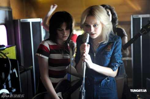 Dakota thay đổi hình tượng trong bộ phim Những cô gái nổi loạn (2010) với bạn diễn Kristen Steward.