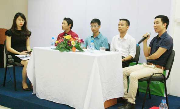 Các khách mời tham gia chia sẻ kinh nghiệm và cơ hội việc làm với các bạn trẻ yêu thích lập trình