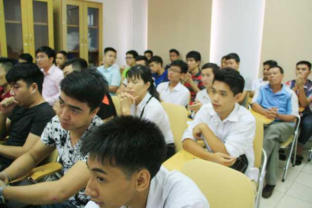 Các bạn tân học viên chăm chú lắng nghe chia sẻ của các chuyên gia
