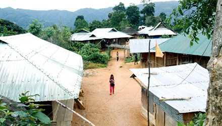 Thôn A Riêu nằm cô lập giữa đại ngàn Trường Sơn nhưng bà con sống nghiêm túc không nơi nào bằng. Ảnh: Trần-Phan.