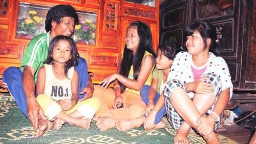 Cơ Lâu Nhia (50 tuổi) luôn răn dạy 4 đứa con gái phải lo học hành, không được lấy chồng sớm như chị cả để không bị làng phạt.