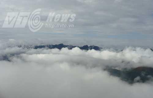 Núi U Bò ẩn hiện trong mây mờ