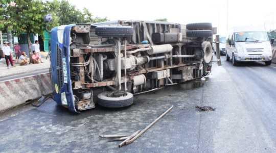 Chiếc xe tải bất ngờ bị gãy trục lật ngang, bánh văng xa gần 100 m trên Quốc lộ 1
