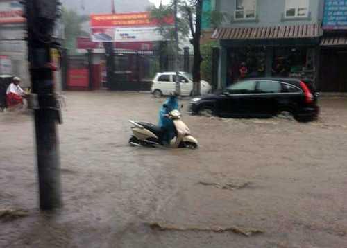 Mưa lớn khiến nhiều tuyến phố trên địa bàn TP Hạ Long bị ngập úng, ảnh hưởng lớn đến việc di chuyển của các phương tiện và người dân tham gia giao thông