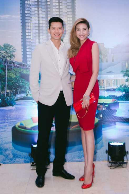 Sáng 26/7, Hoàng Yến sánh bước cùng siêu mẫu Đức Vĩnh tới tham dự một sự kiện bất động sản lớn. Người đẹp chọn chiếc váy màu đỏ gợi cảm kết hợp phụ kiện cùng tông màu.