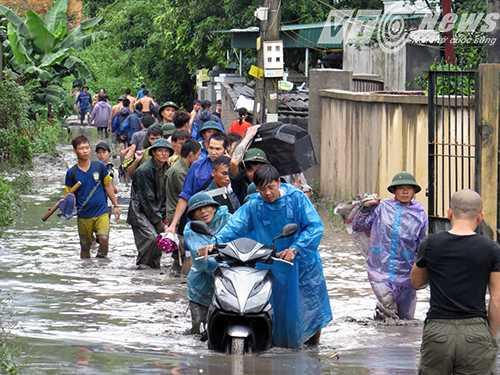 Các lực lượng chức năng giúp đỡ người dân di chuyển một số đồ đạc còn sót lại sau trận 'đại hồng thủy' bởi xỉ than, bùn đất - Ảnh Minh Khang