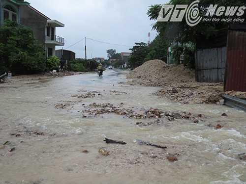 Sạt lở nghiêm trọng khiến cả ngàn khối đất đá đổ xuống nhà dân, tràn cả ra đường tránh Cửa Ông, TP Cẩm Phả - Ảnh MK