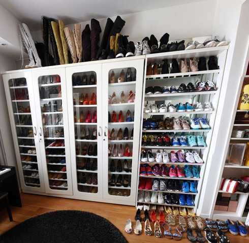 Tủ giày của cô nàng có đến hàng trăm đôi. Có những đôi nữ ca sĩ chỉ mới diện một lần duy nhất.