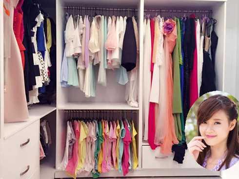 Midu cũng là một trong những ngôi sao có niềm đam mê đặc biệt với thời trang. Phòng chứa đồ của hot girl gồm dãy tủ dài sơn màu trắng, các loại trang phục như váy, áo phông, quần shorts... được phân chia ngăn nắp.