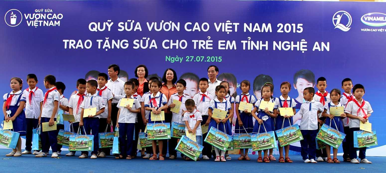 Bà Trương Thị Mai - Ủy viên Ban Chấp hành Trung ương Đảng, Chủ nhiệm Ủy ban các vấn đề về xã hội của Quốc hội cùng lãnh đạo Bộ LĐTBXH và đại diện lãnh đạo tỉnh, Quỹ Bảo trợ trẻ em Việt Nam và lãnh đạo Vinamilk trao tặng sữa cho các em học sinh tỉnh Nghệ An