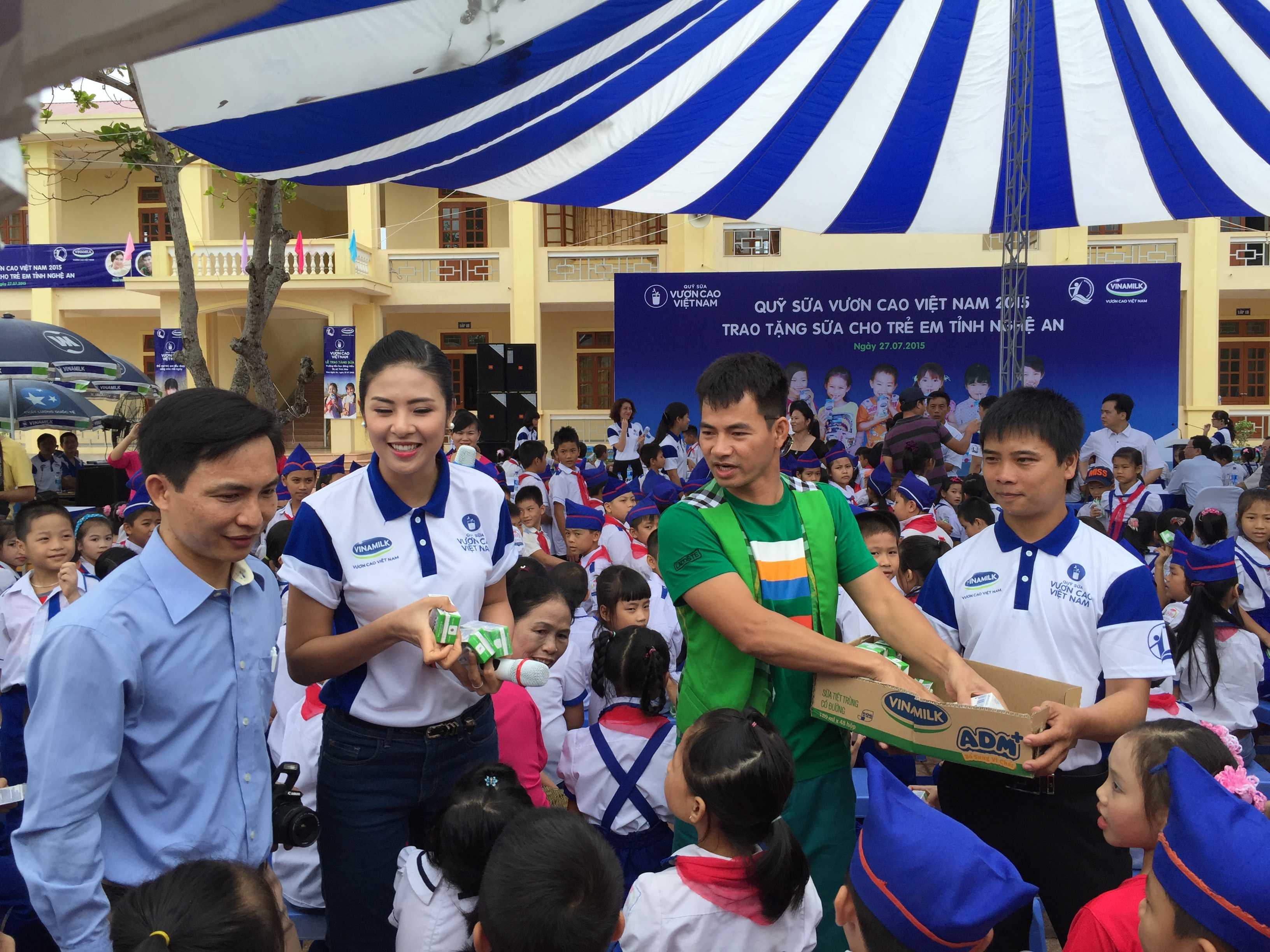 Các Đại sứ của chương trình trao tặng sữa cho các em học sinh