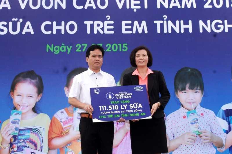 Bà Bùi Thị Hương, Giám Đốc Điều Hành Vinamilk trao tặng bảng tượng trưng 111.510 ly sữa tương đương 520 triệu đồng cho Quỹ Bảo trợ trẻ em tỉnh Nghệ An