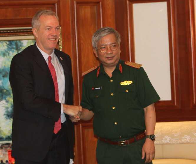 Thứ trưởng Bộ Quốc phòng Nguyễn Chí Vịnh bắt tay đại sứ Hoa Kỳ Ted Osius Ảnh: Tuổi Trẻ