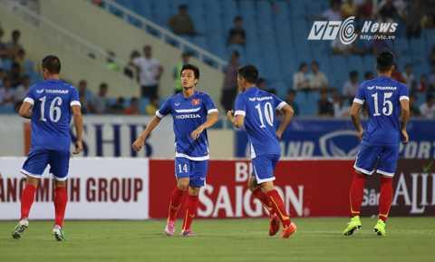 Các cầu thủ Việt Nam có cuộc đối đầu được coi là không cân sức với Man City (Ảnh: Phạm Thành)