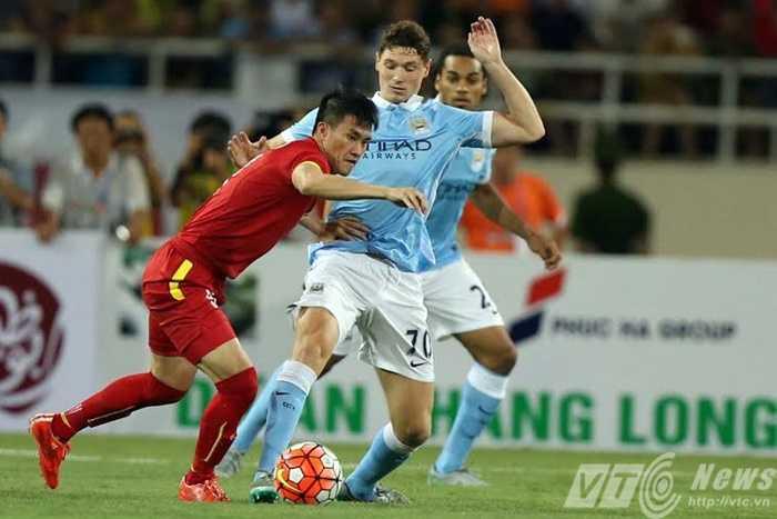 Công Vinh rất cố gắng thể hiện trước hàng thủ Man City (Ảnh: Quang Minh)