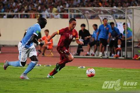 Sagna (áo xanh) có lần thứ 2 sang Việt Nam du đấu (Ảnh: Tùng Đinh)