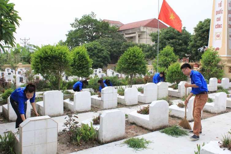 Làm cỏ, vệ sinh xung quanh khu vực Nghĩa trang liệt sỹ.