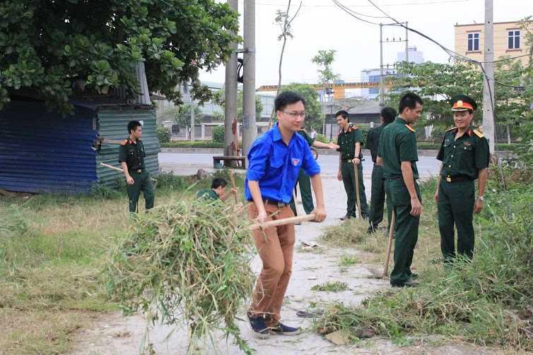 Phát cỏ, vệ sinh đoạn đường vào Nhà văn hóa thôn Yên Bệ, xã Kim Chung.