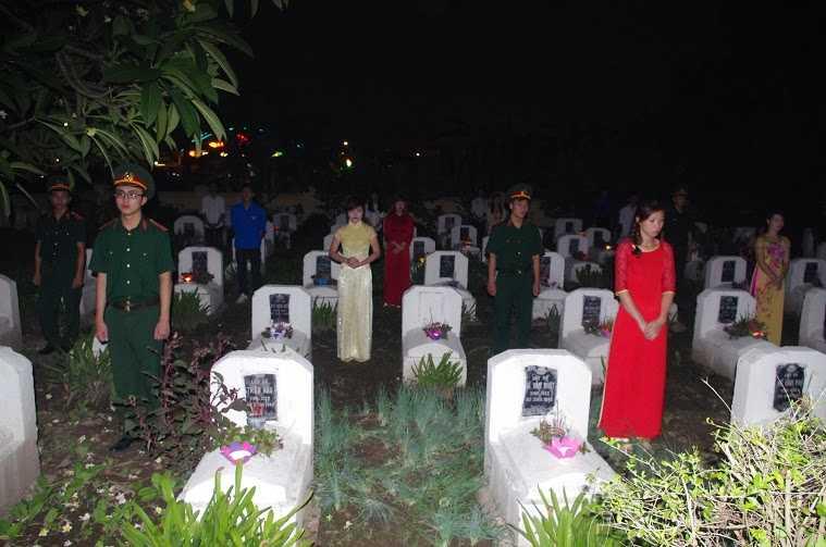 Dâng hoa, thắp nến tri ân các liệt sĩ tại Nghĩa trang liệt sỹ xã Kim Chung-Di Trạch, Hoài Đức.