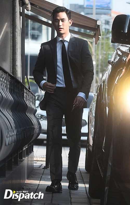 Nam diễn viên Kim Soo Hyun bảnh bao tới dự lễ cưới của đàn anh