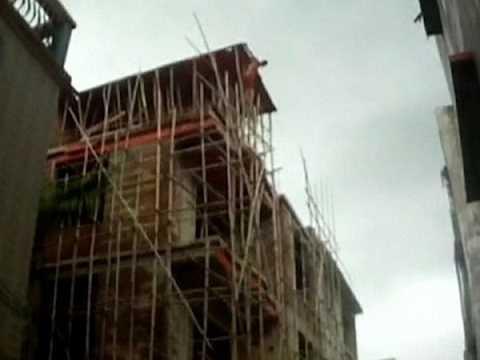 Người đàn ông nhảy từ nóc công trình xây dựng cao 4 tầng xuống đất
