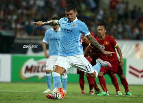 Kolarov nâng tỷ số lên 5-0 cho Man City từ chấm 11m. (Ảnh: Thành Phạm)