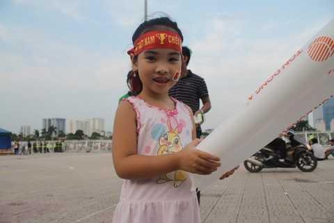Hot girl tương lai cũng không bỏ lỡ cơ hội cổ vũ đội tuyển Việt Nam tại đấu trường quốc tế.