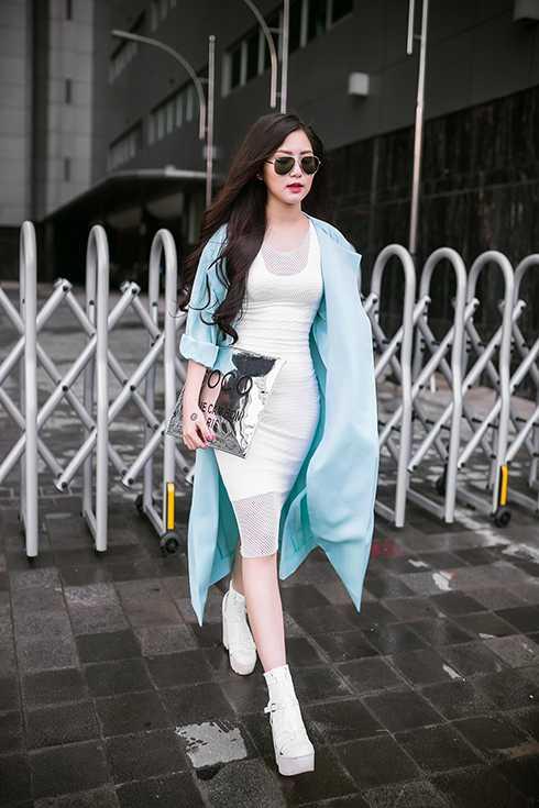 Theo đuổi dòng nhạc ballad và dance, Hương Tràm yêu thích hình ảnh thanh lịch nhưng không kém phần gợi cảm. Thời gian qua cô cố gắng tập thể dục để giảm cân với mong muốn diện váy áo đẹp hơn.