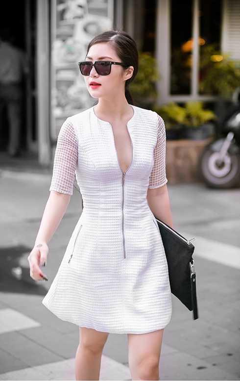 Hương Tràm lựa chọn trang phục đầy cá tính nhưng cũng không kém phần quyến rũ.