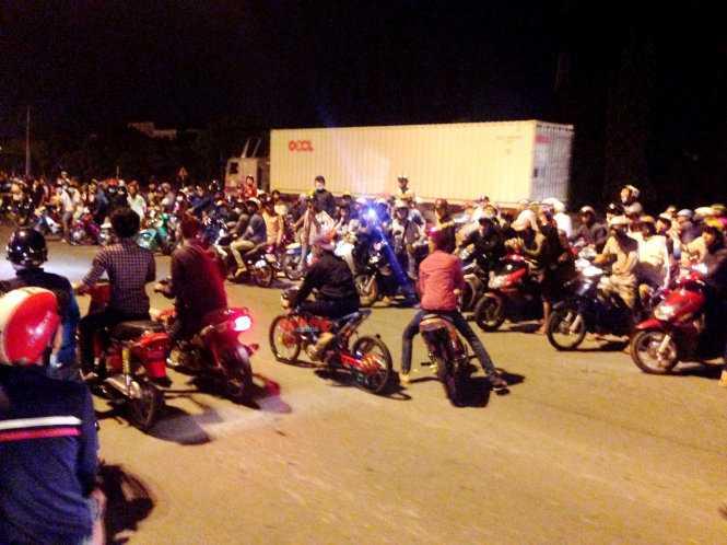 Xe tải, xe khách nhích từ từ trên quốc lộ 51 (Biên Hòa, Đồng Nai)